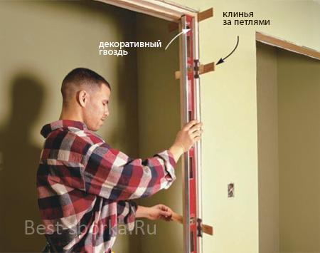 Выравниваем расстояние между дверными петлями